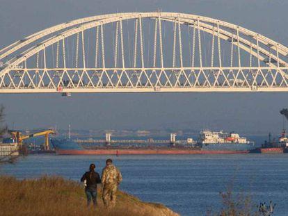 Um cargueiro russo bloqueia neste domingo a passagem de barcos no estreito de Kersch, embaixo da ponte que liga a Rússia com a Crimeia.