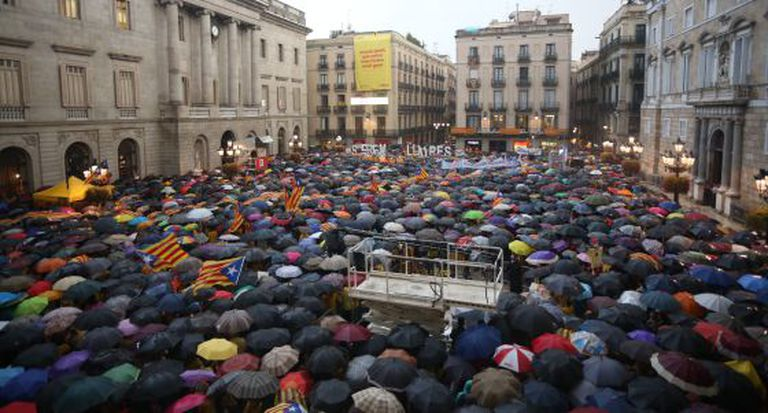 Manifestantes se concentram na praça de Sant Jaume.