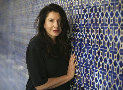 A artista sérvia Marina Abramovic na Universidade Trabalhista Marinha de Gijón em 2009, após apresentar uma videoinstalação