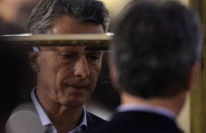O presidente da Argentina, Mauricio Macri, refletido em uma das portas espelhadas do Salão Branco da Casa Rosada.