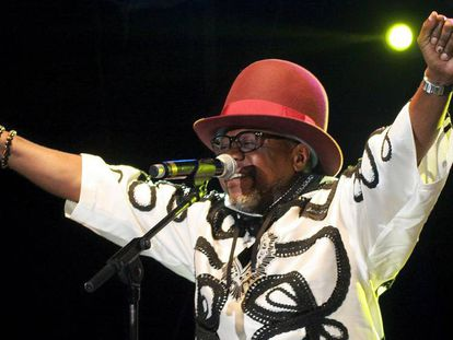 Papa Wemba canta em um show realizado em Paris em 2006.