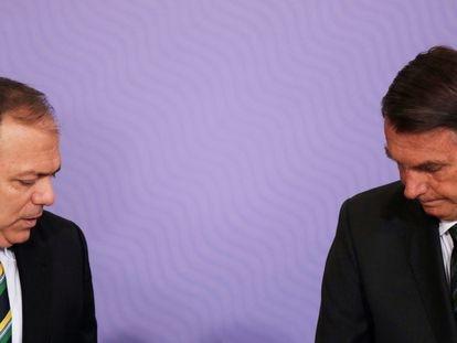 Ministro Pazuello e o presidente Jair Bolsonaro em uma cerimônia em Brasília.