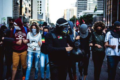 Adeptos da tática black bloc em protesto