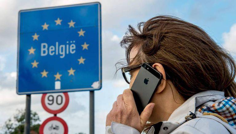 Uma mulher usa seu celular na fronteira franco-belga.
