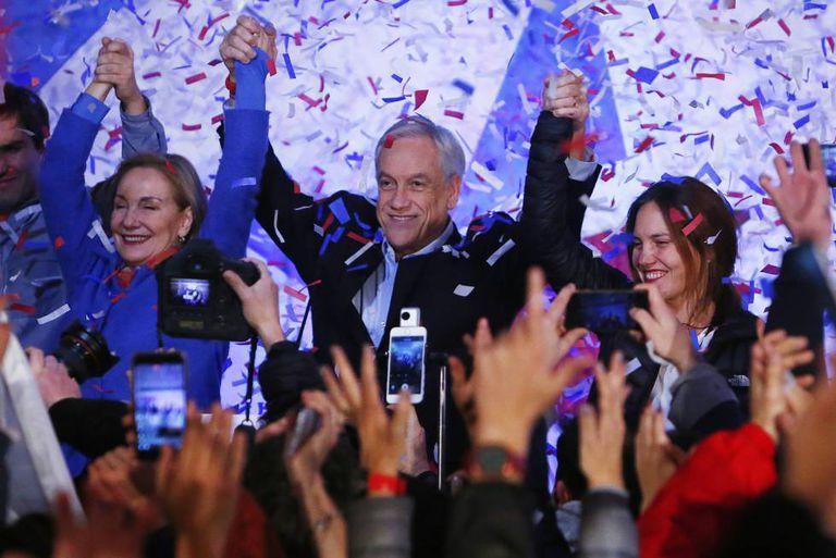 O ex-presidente chileno Sebastián Piñera comemora sua vitória.