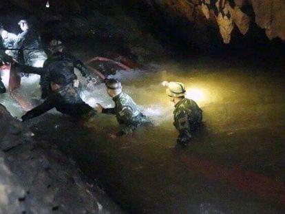 A equipe de resgate entra na caverna onde estão presos os 12 garotos tailandeses e seu treinador de futebol.