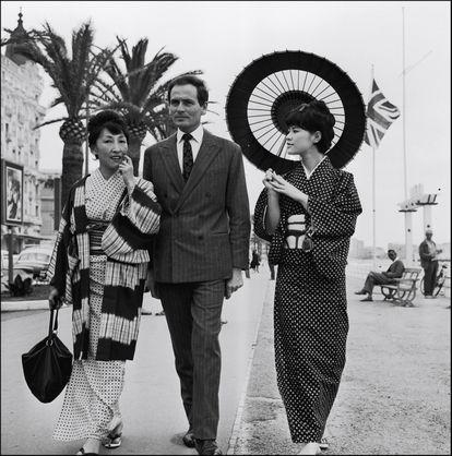 Pierre Cardin posa com duas japonesas no Festival de Cinema de Cannes em 1961.