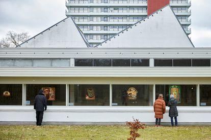 O museu Jorn, em Silkeborg (Dinamarca), pendurou seus quadros nas janelas para poderem ser vistos sem ter de entrar em um espaço fechado. Objetivo é evitar contágios pelo novo coronavírus.