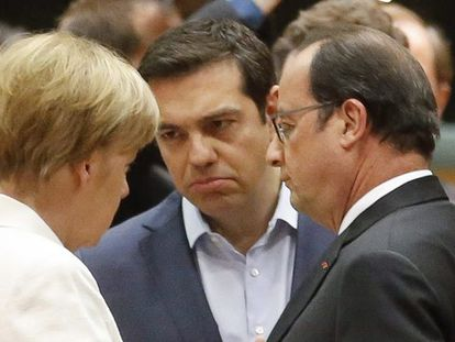 Merkel e Tsipras conversam na presença de Hollande.