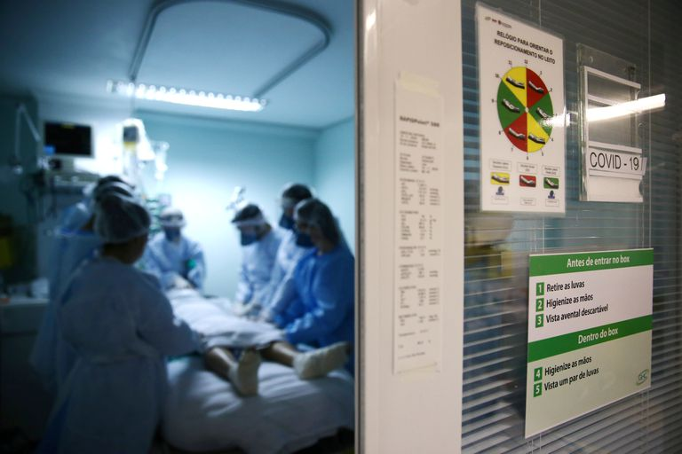 Equipe médica socorre um paciente com covid-19 internado em estado grave na UTI do hospital Nossa Senhora da Conceição, em Porto Alegre, em 19 de novembro.