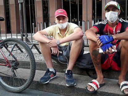 Gabriel e William fazem entregas de bicicleta em meio à pandemia.
