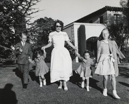 Joan Crawford passeando com seus quatro filhos, Christopher, Cathy, Cynthia, e Christina.