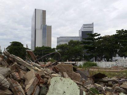 Escombros da Vila Autódromo e o Parque Olímpico no fundo.