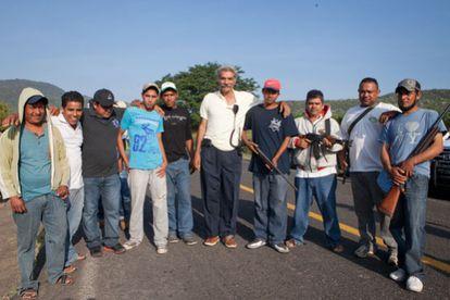 Grupo civil armado, em 26 de outubro, antes de entrar na cidade Apatzingo, no centro do México
