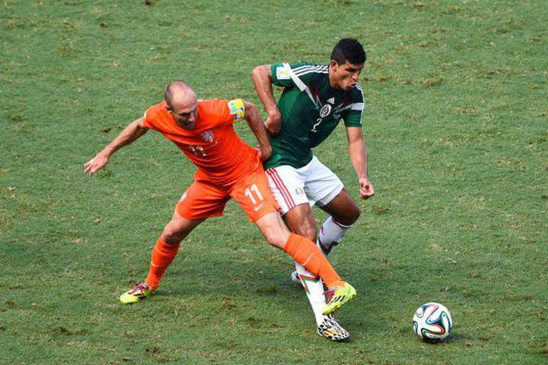 Robben rouba a bola de Javier Rodríguez.
