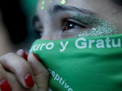 Mulher emocionada depois da decisão da Câmara dos Deputados da Argentina de aprovar o projeto de lei que permite o acesso livre e legal ao aborto.