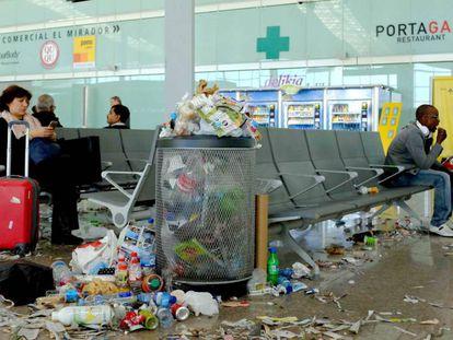 Restos de lixo no terminal 1 do Aeroporto de Barcelona.