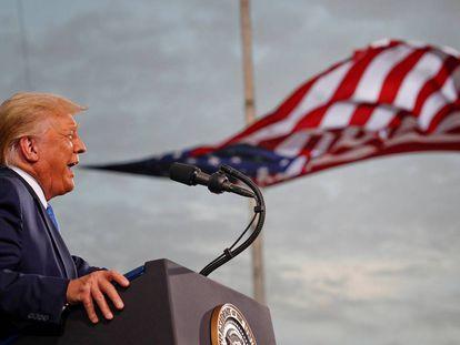 """<b>A verborragia pela bandeira.</b> Toda a gama possível de rompantes, insultos, ameaças, meias-verdades e mentiras descaradas saiu da boca de Donald Trump durante sua presidência. Um palavreado agressivo com o pretexto do chavão """"Make America Great Again"""" e a presença obsessiva de símbolos nacionais como pano de fundo. Na foto, Trump faz um discurso no Aeroporto Cecil, em Jacksonville, Flórida, no dia 24 de setembro."""