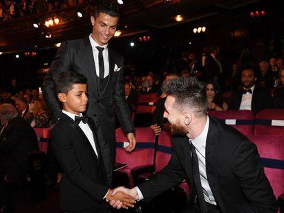 Cristiano Júnior saúda Messi diante de seu pai, Cristiano Ronaldo.
