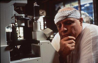 Marlon Brando em uma cena de 'A ilha do Dr. Moreau'. O filme, pelo qual recebeu críticas demolidoras e um prêmio Razzie, foi uma de suas últimas aparições no cinema.
