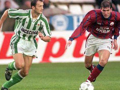 Vidakovic, do Betis, carrega a bola diante de Zidane em 1995.