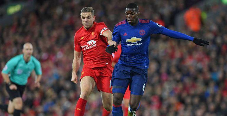 Henderson e Pogba disputam a bola.