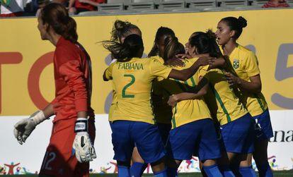 Brasileiras celebram terceiro gol contra o México.