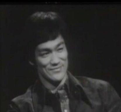 """A citação completa é: """"Esvazie sua mente. Deixa-a sem forma, como a água. Quando você coloca a água em um copo, ele se torna o copo. Se a puser numa garrafa, se torna a garrafa. A água pode fluir ou pode se chocar. Seja água, meu amigo"""". O mestre de artes marciais, ator e escritor Bruce Lee divulgava assim as teorias do taoísmo, concretamente esta que consiste em aceitar a realidade tal e como é e nos amoldar a ela. Para isso é necessário humildade, algo escasso hoje em dia. Lee disse isso em sua última entrevista para uma televisão, em 1971 (morreu em 1973), e a frase já serviu até para vender carros (a BMW a empregou na campanha do modelo X3). Na imagem, Bruce Lee em uma entrevista televisiva de 1971."""