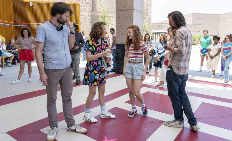 Filmagem da série 'Stranger Things', da Netflix, no Estado da Geórgia. De esquerda para a direita: Ross Duffer, as atrizes Millie Bobby Brown e Sadie Sink e Matt Duffer.