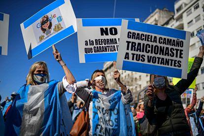 Protesto contra a reforma judicial realizado quinta-feira em frente ao Congresso argentino.
