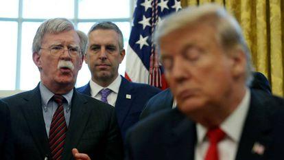 John Bolton, à esquerda, com o presidente Trump.