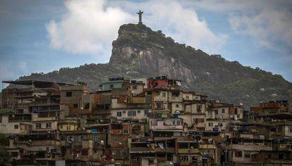 Vista do Cristo Redentor e da favela Morro da Coroa, no Rio.
