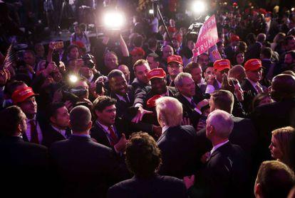 O presidente eleito Donald Trump cumprimenta o público depois de seu discurso de vitória.
