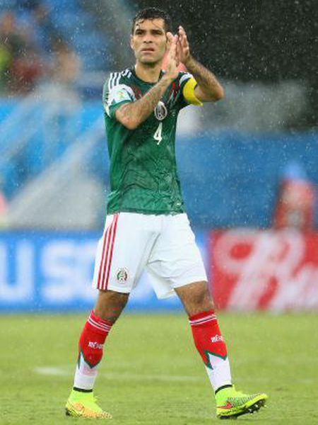 Rafael Márquez cumprimenta o público depois da partida contra Camarões.
