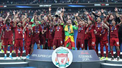 Henderson ergue a taça de campeão da Supercopa.