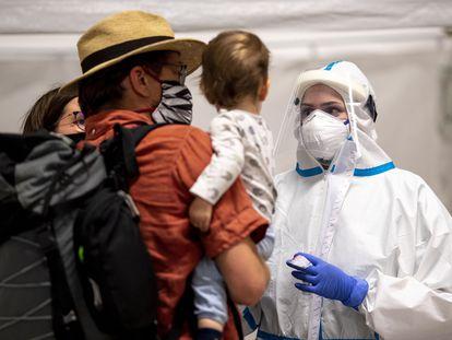 Turistas realizam exame para diagnosticar a covid-19 na estação central de Berlim.