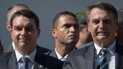 Flávio Bolsonaro ao lado do pai, Jair.