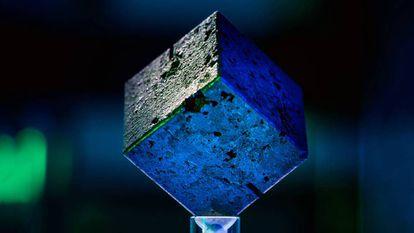 O cubo de urânio mostra as imperfeições próprias da tecnologia de fabricação da época.