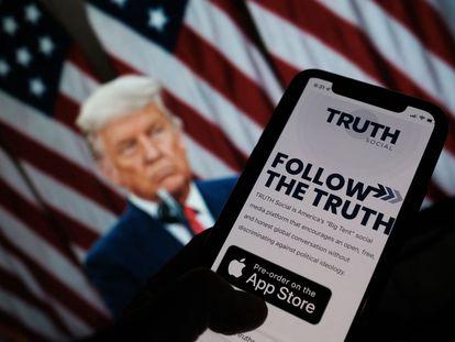 Imagem do aplicativo Truth Social com uma foto de Donald Trump, ao fundo, nesta quarta-feira, 20 de outubro.