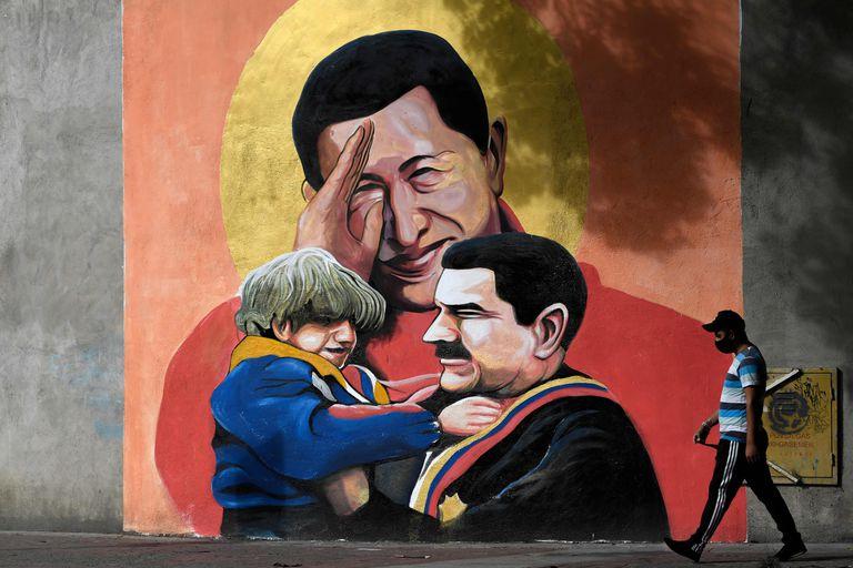 Mural com Chávez e Maduro em Caracas, em dezembro de 2020.