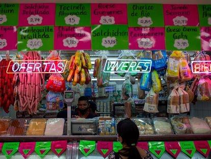 Cliente de um açougue de Caracas, em 2 de outubro.