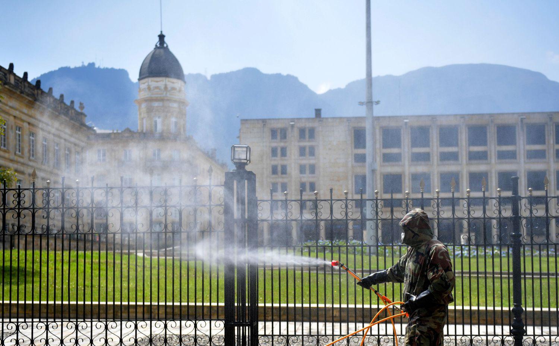 Militar desinfeta residência oficial do presidente da Colômbia, em Bogotá.