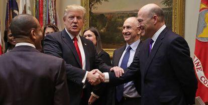 Donald Trump aperta a mão de Gary Cohn, que descreveu como um 'gênio'.