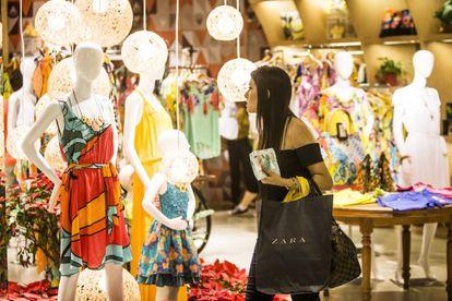 Uma jovem faz compras no shopping Pátio Paulista.