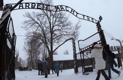 Visitantes na entrada do museu de Auschwitz.