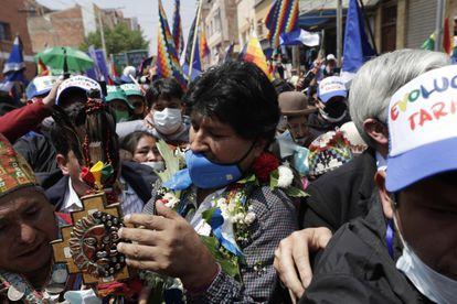 O ex-presidente Evo Morales é cercado por apoiadores ao cruzar a fronteira e regressar à Bolívia.