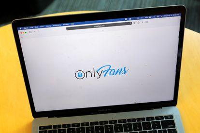 A logo do OnlyFans, em um laptop.