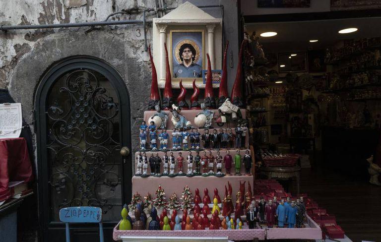 Um dos altares dedicados a Maradona no centro de Nápoles.