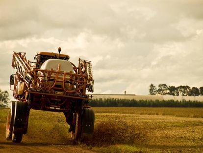 Trator de pesticidas em uma plantação no Mato Grosso, no Brasil.