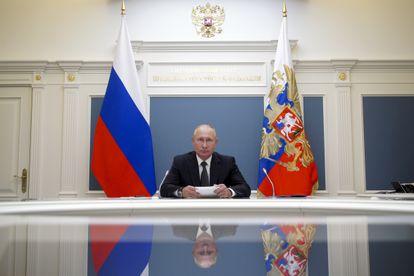 Vladimir Putin durante uma videoconferência com o ministro da Defesa, Serguei Shoigu, nesta terça-feira em Moscou.